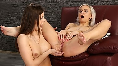 Piss Loving Lesbians Get Soaked Together