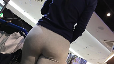Amazing ASS! Creeping on Teen in Yoga Pants Leggings.