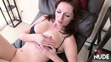 Big ass mom toying and flashing