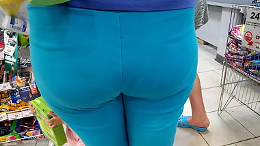Big hips mom delicious looks in tight leggings