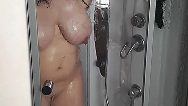 vouyeur caught mom in shower