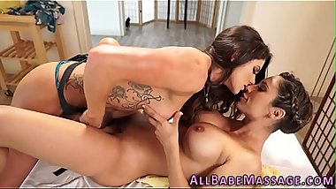 Masseuse rubs babes pussy